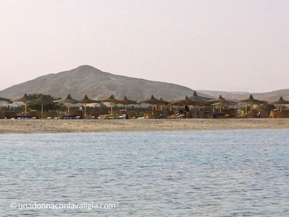 Abu Dababb con solo una fila di ombrelloni
