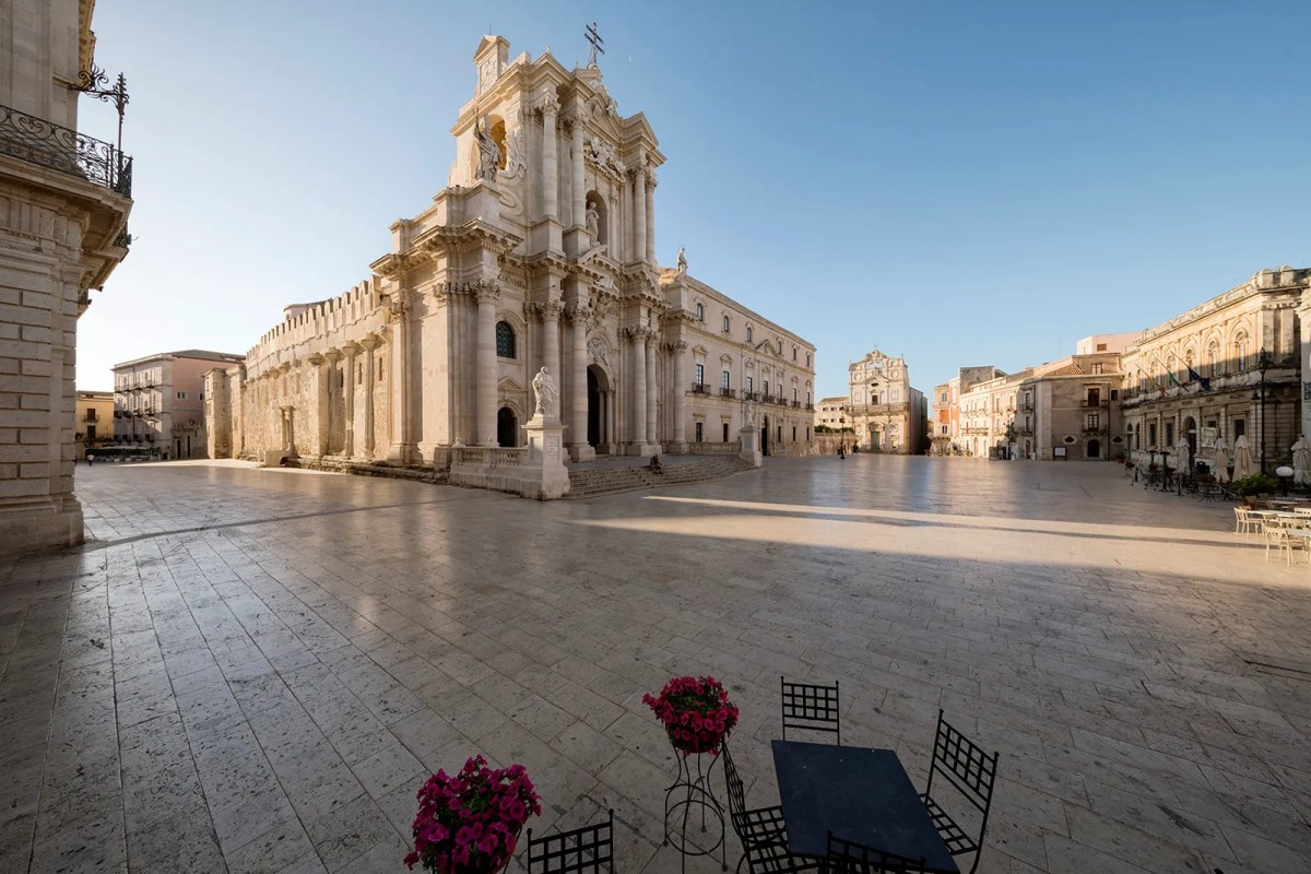"""Piazza Duomo, Siracusa da """"Sicilia in Piazza"""" di Armando Rotoletti"""