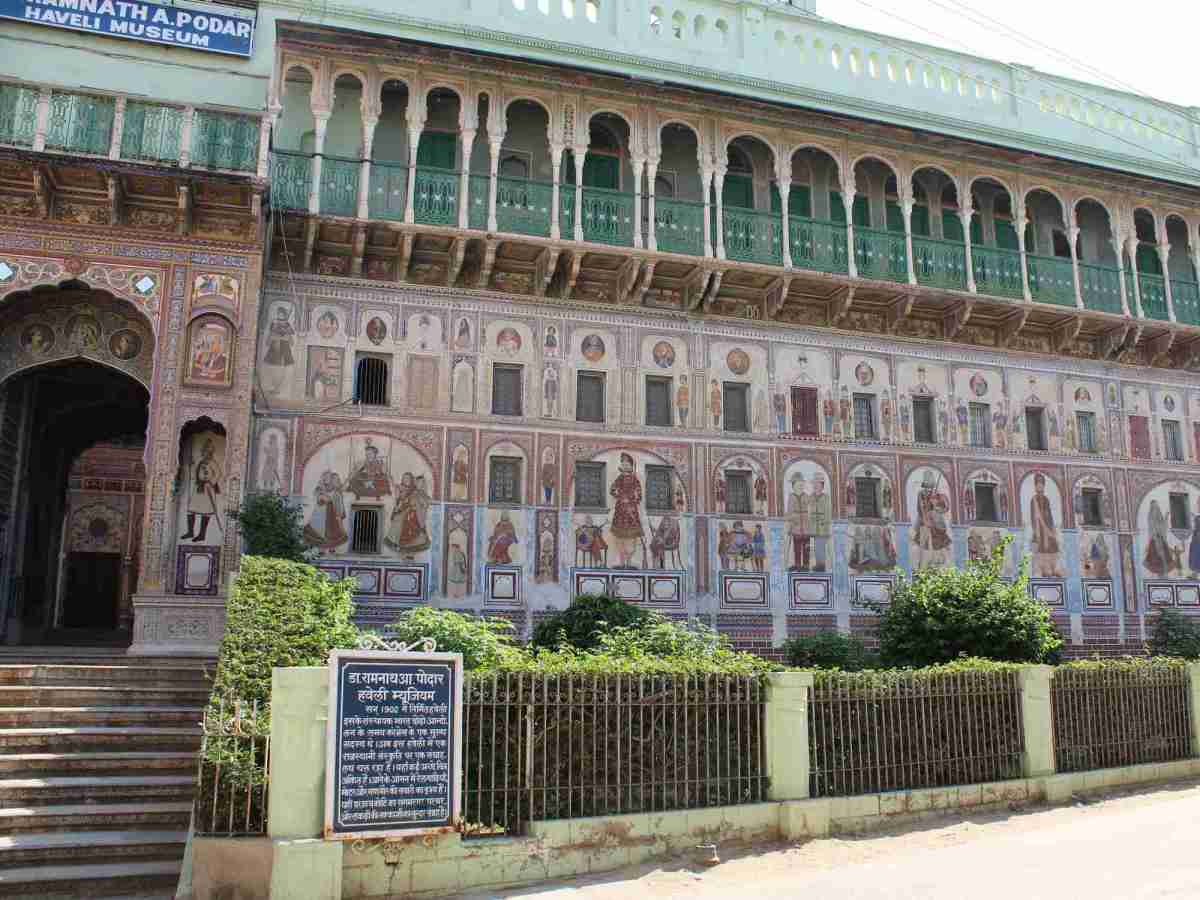 Which havelis should you visit in Nawalgarh?