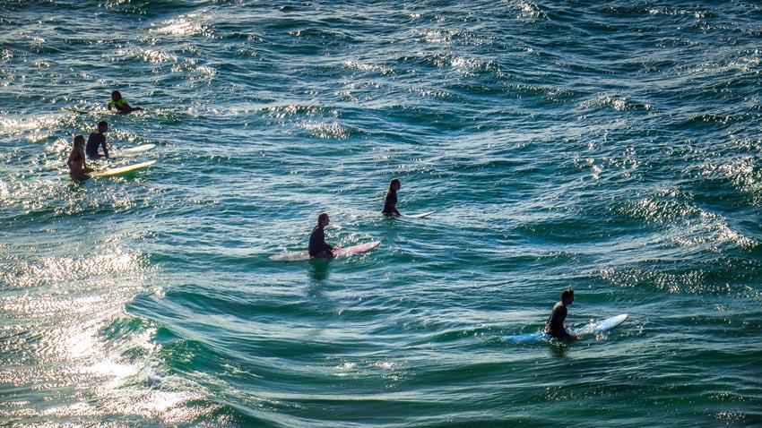 Les surfeurs à The Pass, Byron Bay