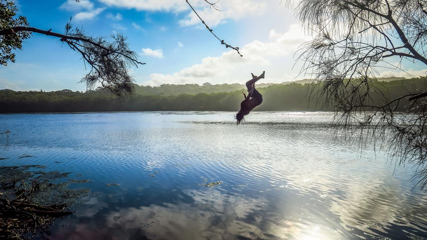 Saut à la corde à Tea Tree Lake, Byron Bay