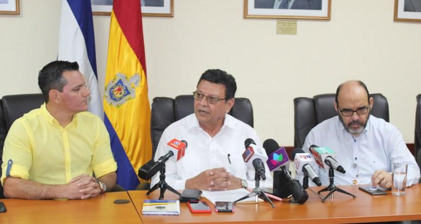 Aarón Peralta, Director General del Canal 6, MSc. Jaime López, Rector en Funciones, y Dr. Alfredo Lobato,  Secretario General, ambos de la UNAN-Managua.