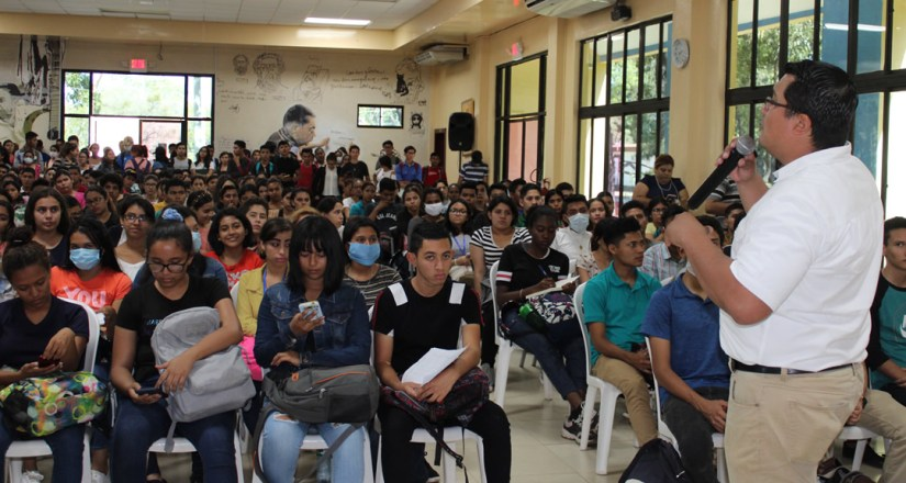 Docentes informan a los estudiantes sobre el covid-19 a fin de tomar las medidas correspondientes.