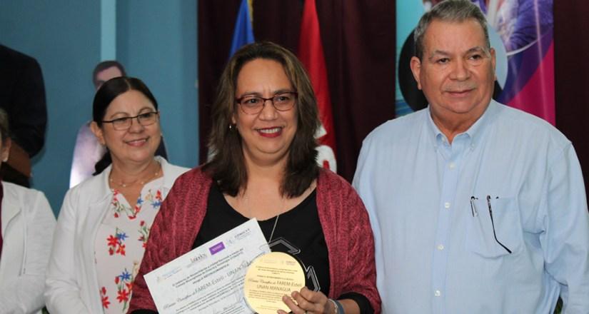 Dra. Beverly Castillo Herrera, Coordinadora Editorial de la Revista Científica de FAREM-Estelí de la UNAN-Managua recibe reconocimiento a mejor revista científica del año.