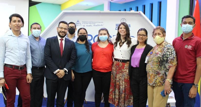 Docentes de la UNAN-Managua junto a los miembros del presídium