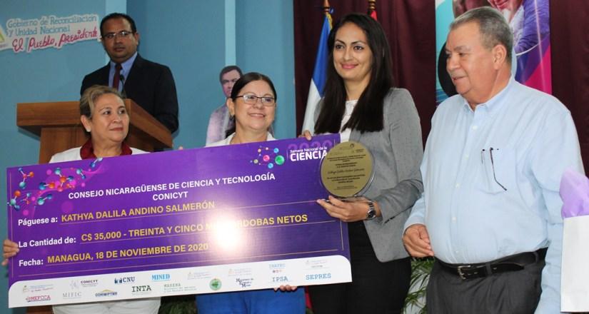Maestra Katia Dalila Andino Salmerón recibe premio en la categoría Joven de Ciencia.