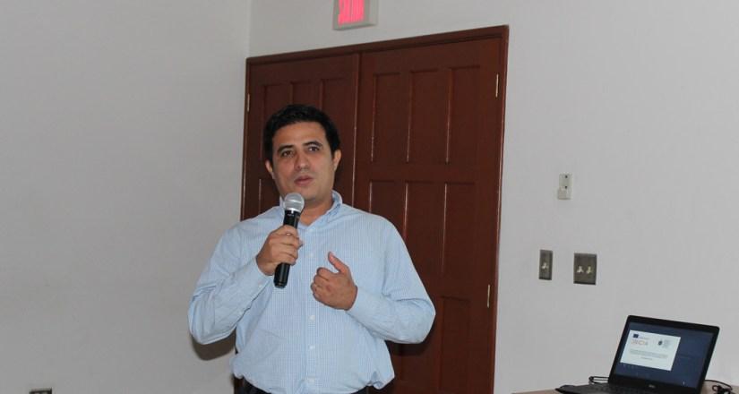 El MSc. Oliver Morales presentó el proceso realizado para la selección de los estudiantes del curso.