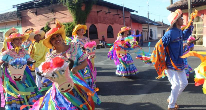 Estudiantes de UPOLI interpretando bailes tradicionales de Managua.