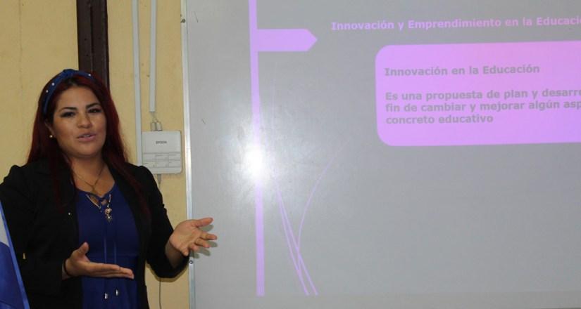 La joven Violeta Rivera Zepeda, estudiante de tercer año de la carrera de Innovación y Emprendimiento durante su defensa.