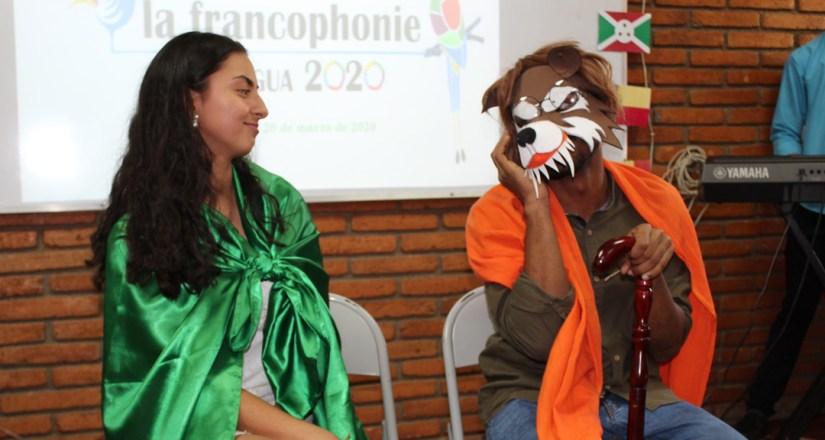 Estudiantes del tercer año de la carrera de Traducción e Interpretación recrean el cuento Caperucita Roja en idioma francés.