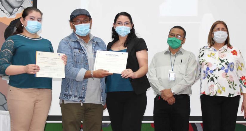 Entrega de diploma a estudiante del proyecto INICIA.