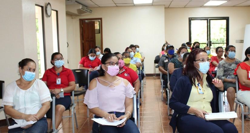 Trabajadoras de la UNAN-Managua reciben charla sobre la prevención del cáncer de mama
