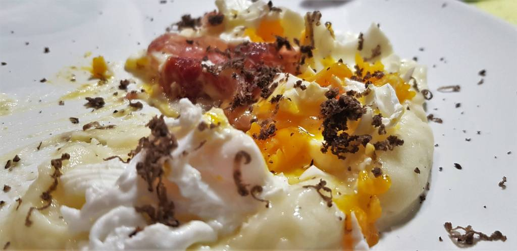 huevos rotos con trufa y parmentier de patata