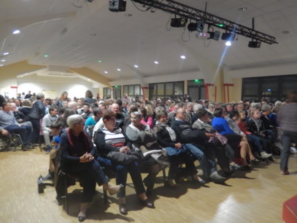 Près de 400 spectateurs s'installent