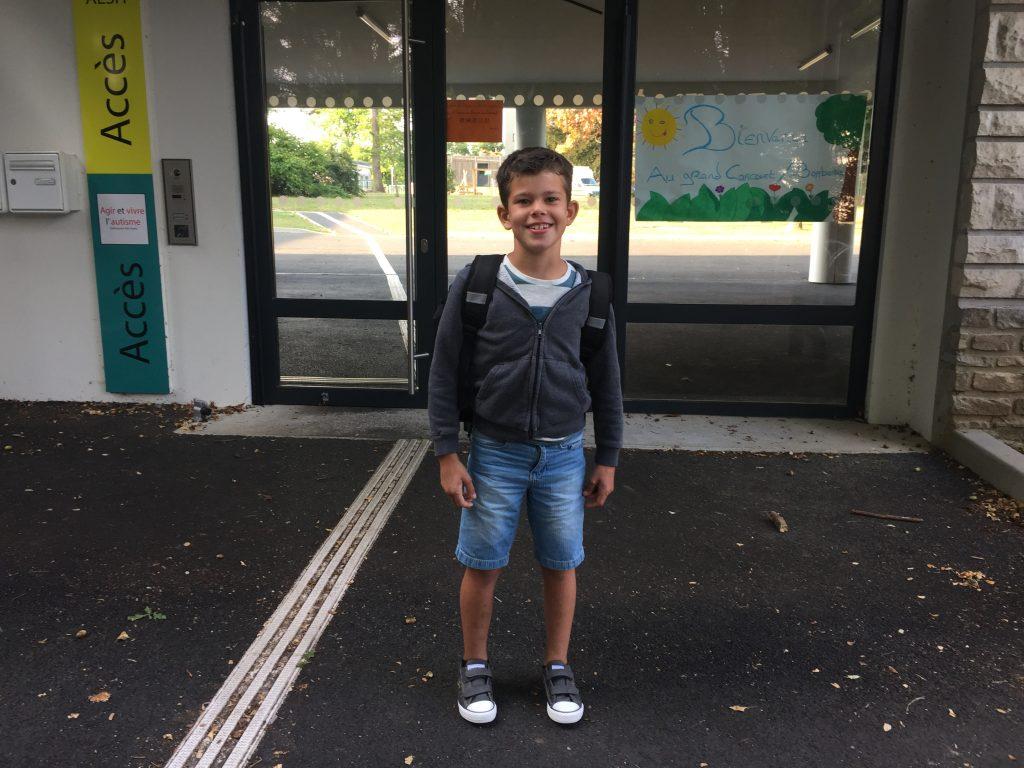 Aydan devant l'école ABA