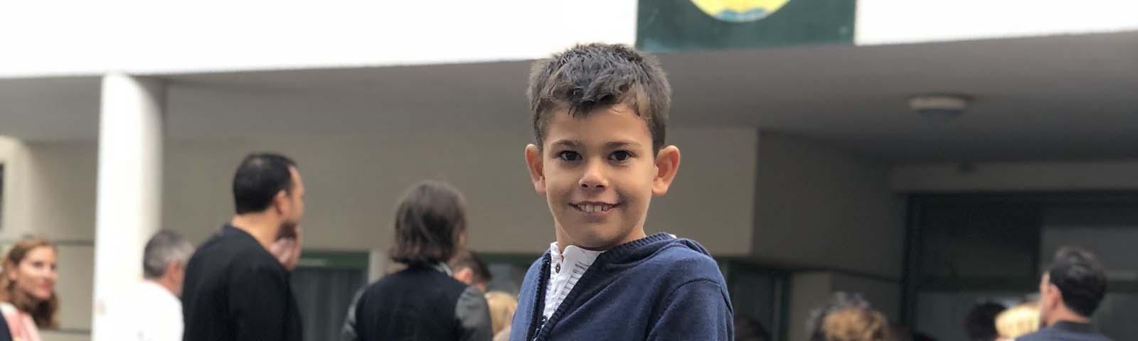 Aydan devant école