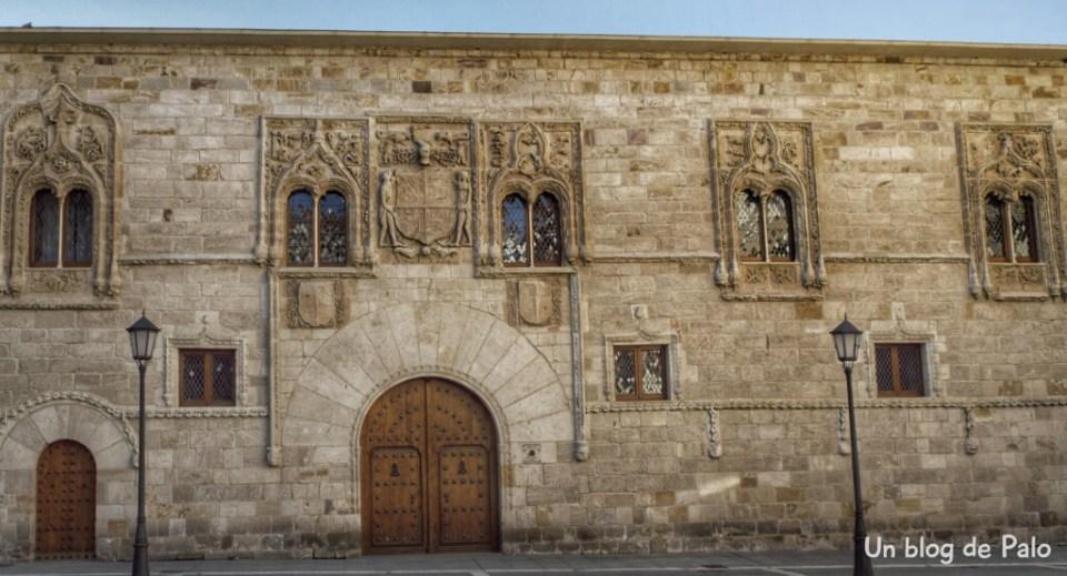 Palacio de los Momos, Fachada