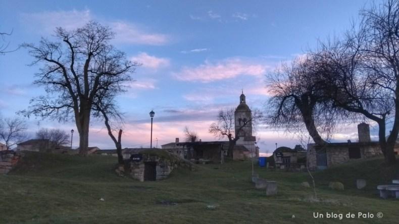 Vista de la iglesia de San Andrés y las bodegas en Zazuar
