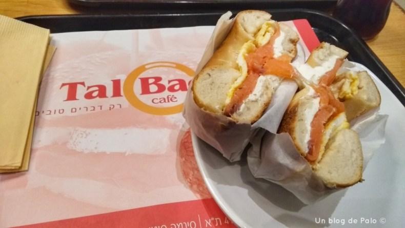 Bagel con salmón y queso en Tel Aviv