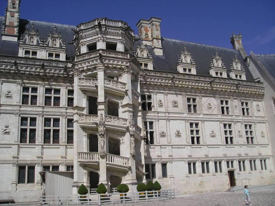 Patio del Castillo de Blois y la famosa escalera renacentista