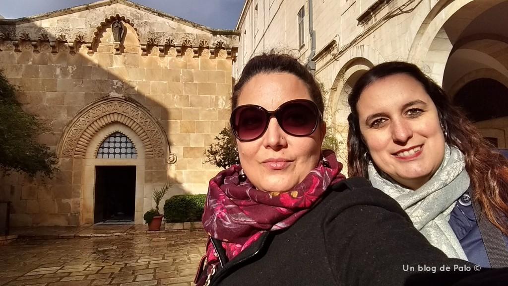 Palo y Mirian delante de la Iglesia de la Condenación e Imposición de la Cruz