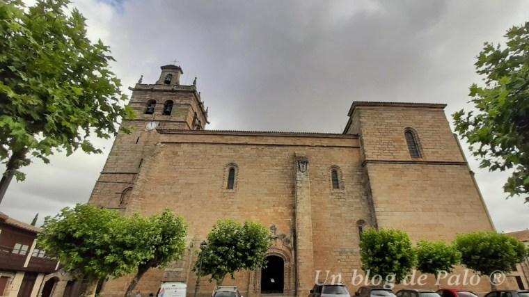 Exterior de la iglesia en la Plaza Mayor