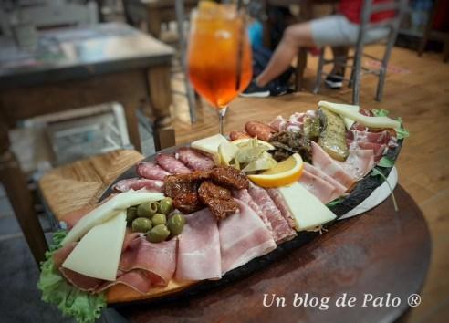 Comer en Toscana una tabla de embutidos en Florencia