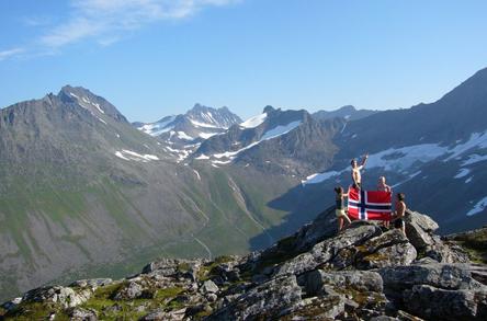 norsk_flagg_i_norske_fjell.jpg