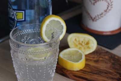 verre de citron avec perrier