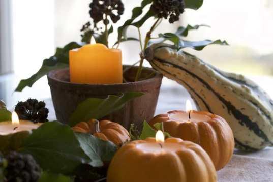 DIY une composition automnale, des coloquintes bougies, un pot de terre