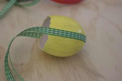 ruban collé sur un oeuf, une décoration pour Pâques