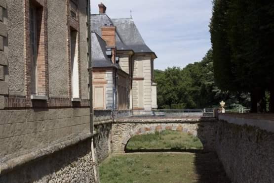 Douves sèches du château de Breteuil