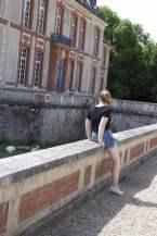 Perrine devant les douves du château de Breteuil
