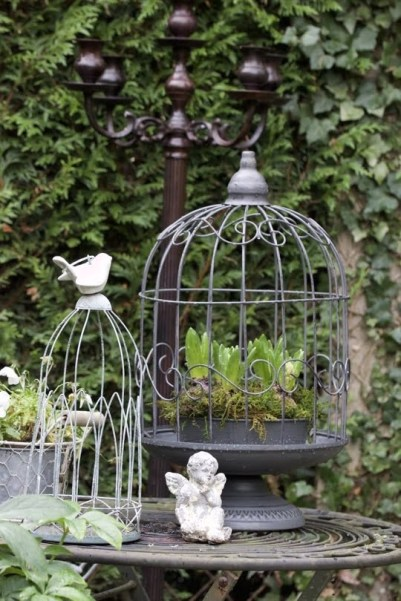 cages avec des fleurs pour une décoration shabby chic