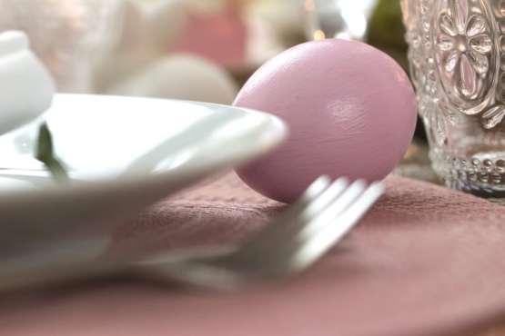 De jolis sets de table roses pour la table de pâques.