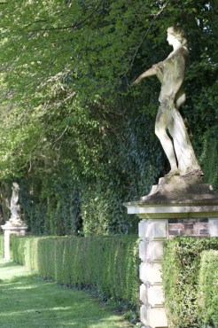 Statues devant le Miroir du château de courances