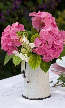 Hortensias pour une table d'été romantique.