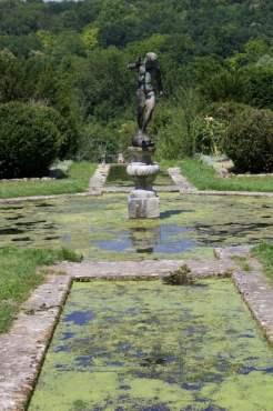 Escalier d'eau du jardin de la lune du château d'Ambleville.