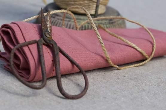 De la ficelle pour des ronds de serviette pour une table d'été champêtre.