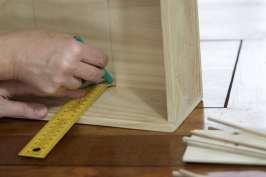 Tracer des traits au crayon pour le positionnement des compartiments de la boîte à graines
