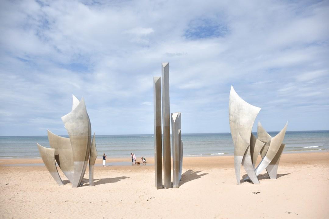 Omaha Beach, plage du débarquement par un couple en vadrouille