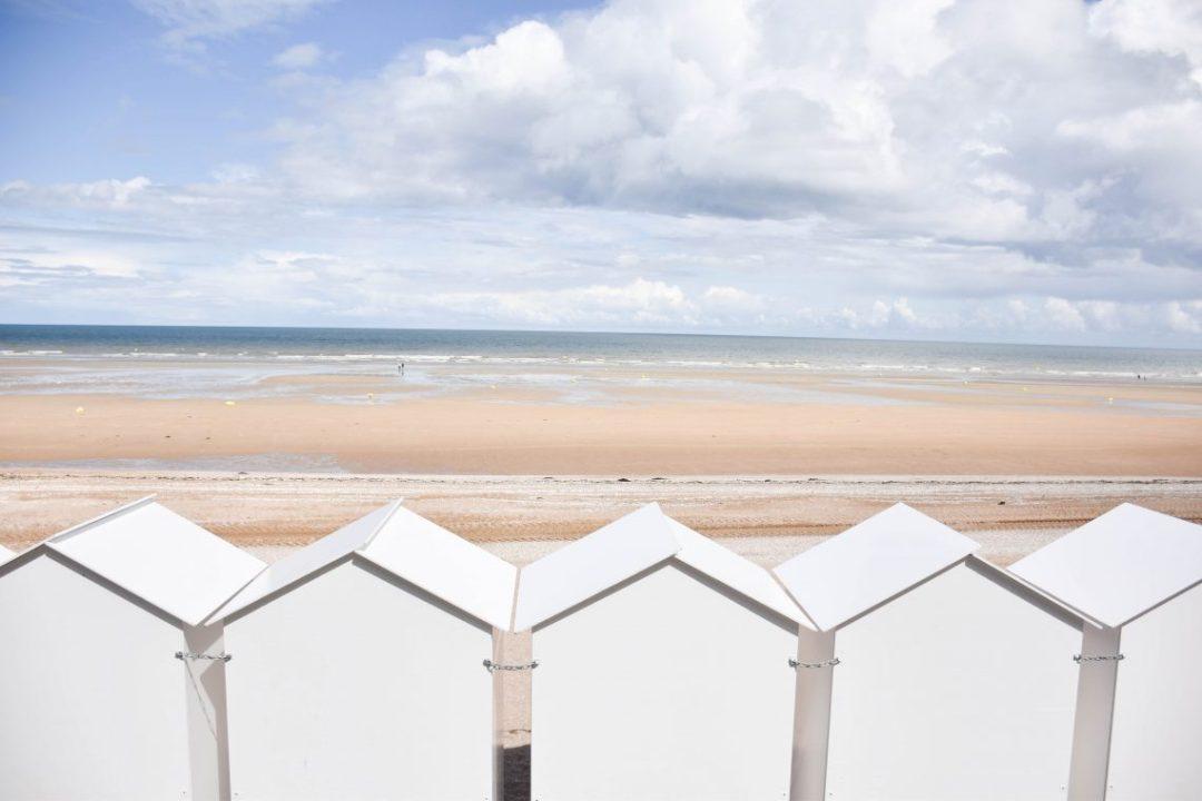 plages à cabourg avec maisons en bois