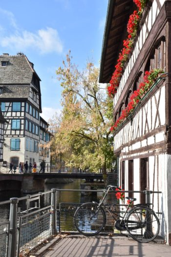 Vélo à Strasbourg dans le quartier de la Petite France en Alsace