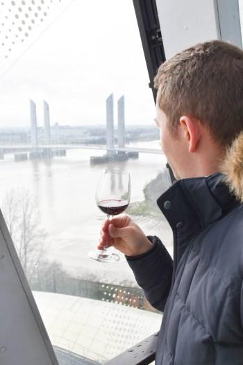 Dégustation de vin à la cité du vin de bordeaux_