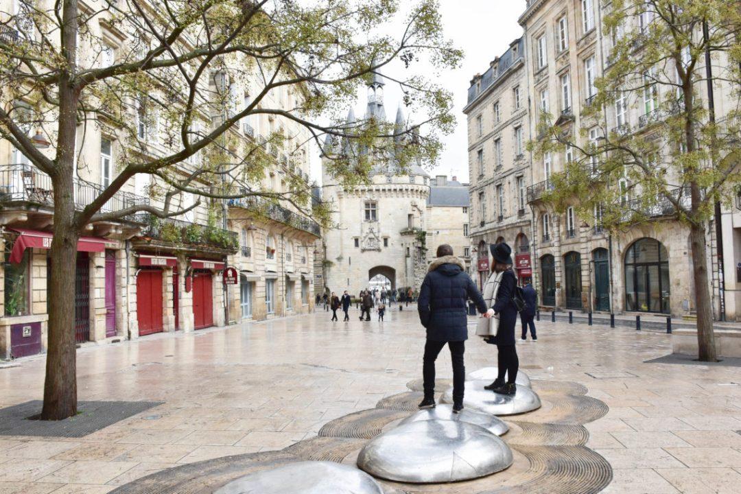 Porte Cailhau Bordeaux_Un couple en vadrouille