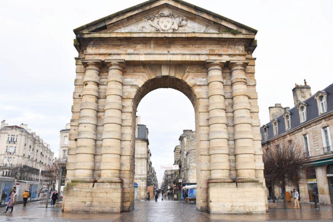 Porte d'Aquitaine à Bordeaux par un couple en vadrouille