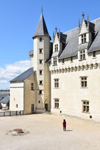 Dans la cour du chateau de Montsoreau_un couple en vadrouille