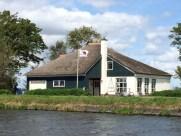 Haus mit Rotkreuz- Flagge