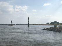 Separates Fahrwasser für Freizeitboote auf dem Waal