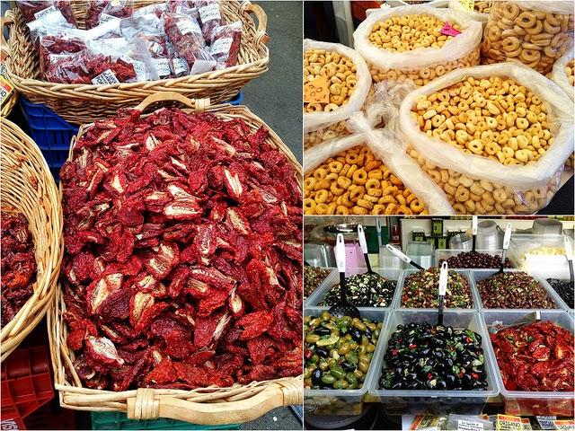 Taralli, tomates séchées, olives au marché de Vieste (Pouilles)